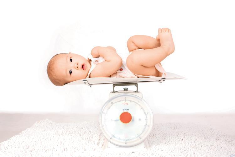 Prawidłowa waga niemowlęcia: ile powinno przybierać na wadze niemowlę?