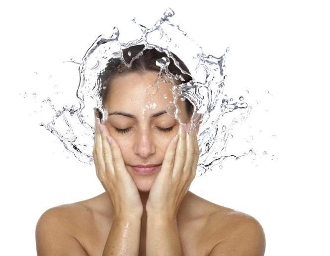 Sebum (łój skórny) na twarzy i włosach. Jak ograniczyć wydzielanie sebum?