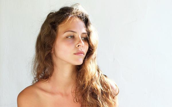 Suche skórki na twarzy: skąd się biorą i jak się ich pozbyć?
