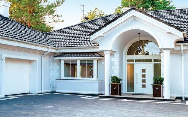 Dobry komplet na elewacji: brama garażowa, drzwi i rolety